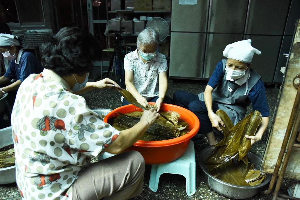 洗粽葉同時,手中清洗一片片粽葉,有如洗滌自心清淨心,付出當下感受到很歡喜。