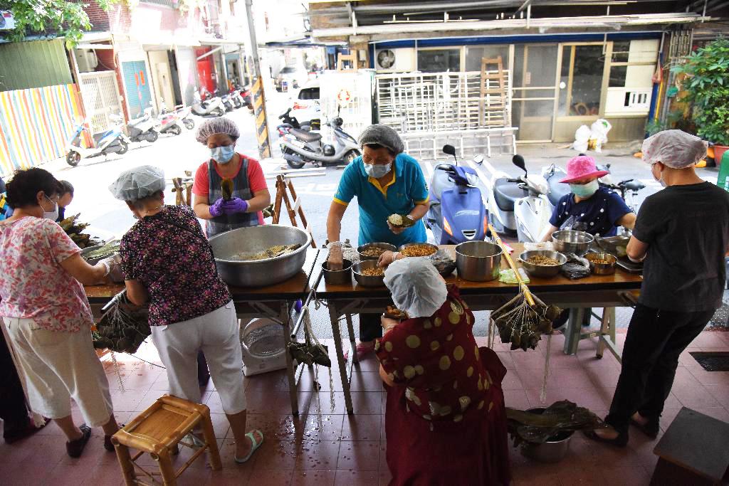 板橋民族里為了祈願新冠疫情早日消弭,里長帶著里民一同參與,今年改包素粽歡慶端午。