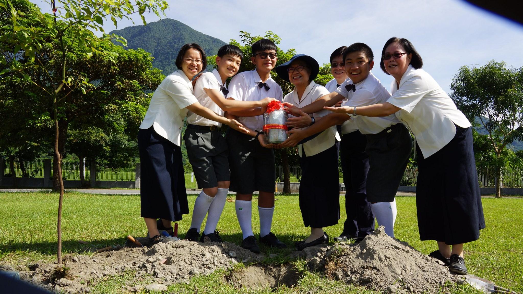 校長李玲惠表示,透過畢業植樹的活動,孩子們將自己在校園成長的記憶,植根在校園裡。