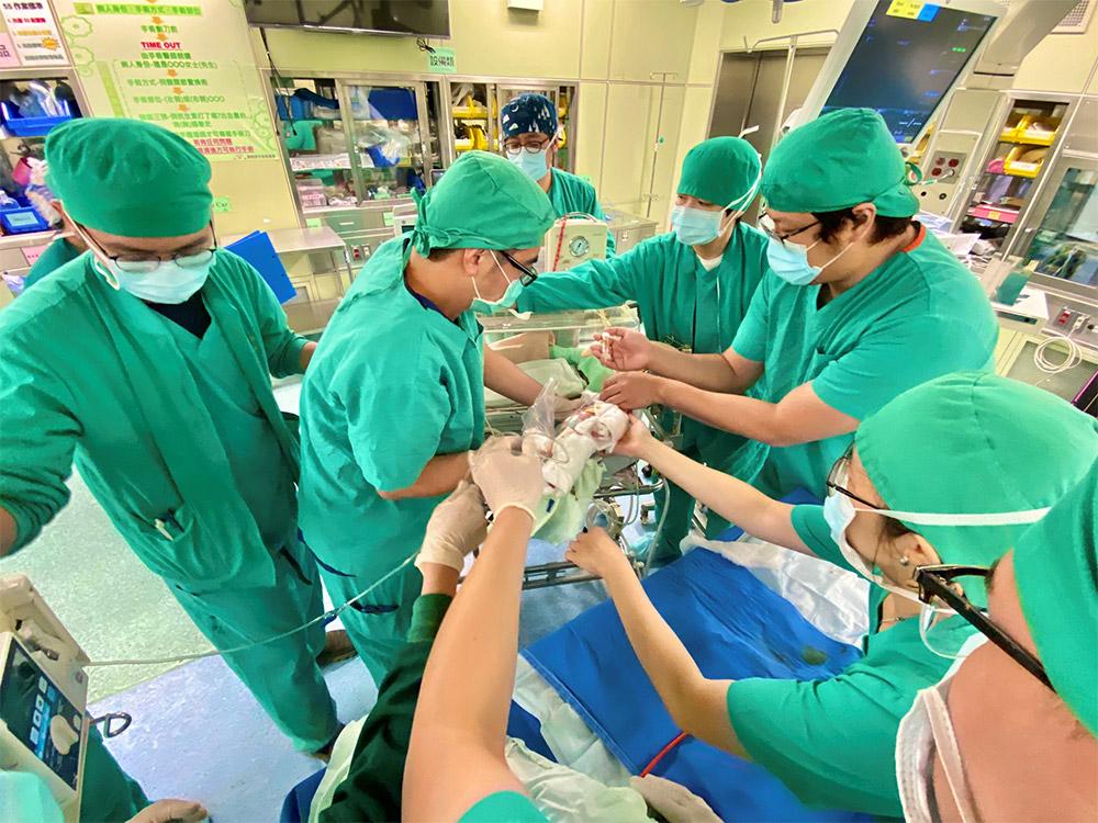當手術結束,要送小北鼻去加護病房,「這麼多的人伸出雙手要去護著那個孩子,大家手連手,心連心,就像千手觀音示現一樣。」