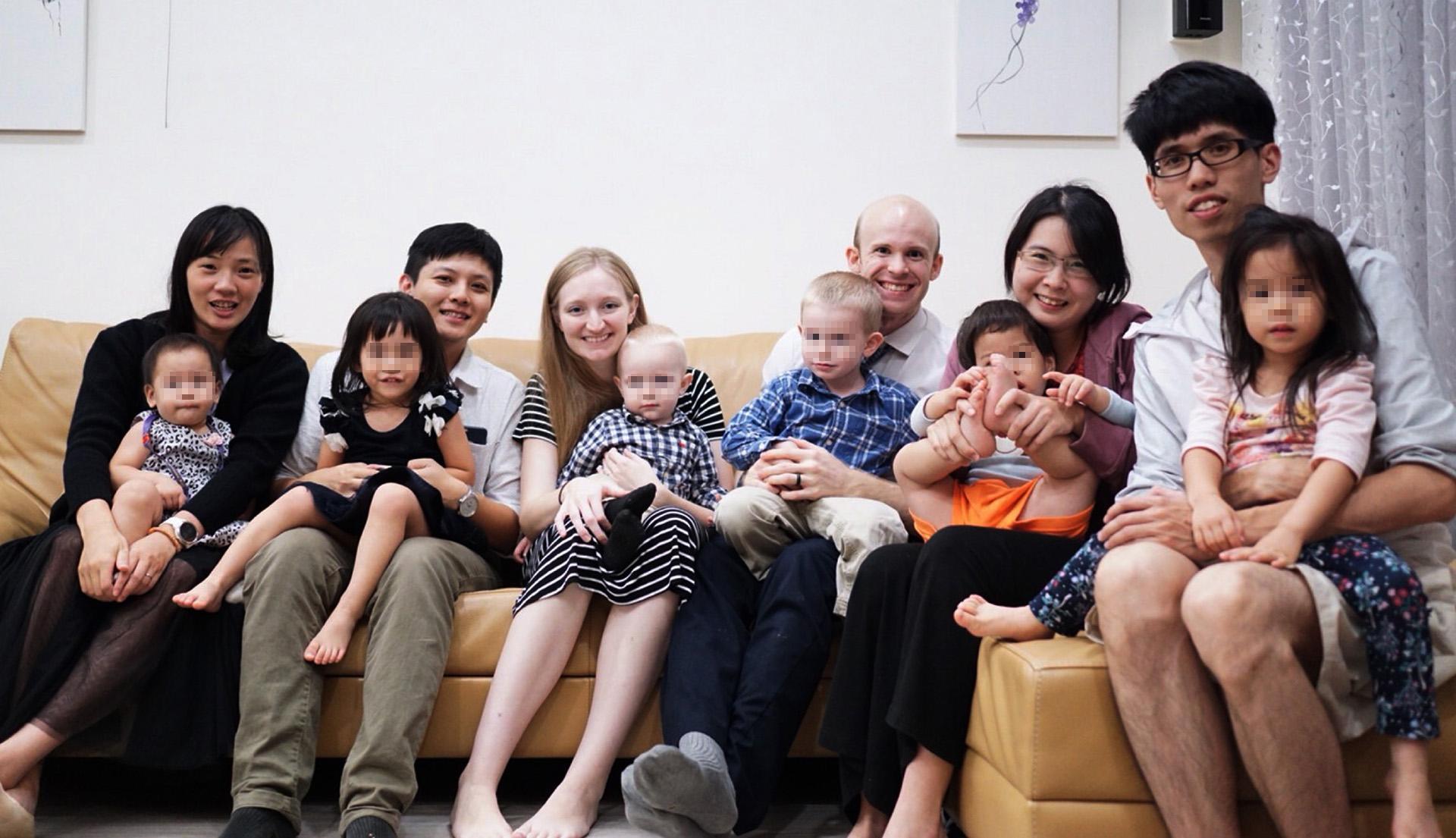 白杰夫婦常跟臺灣父母聊育兒經驗。(白杰提供)