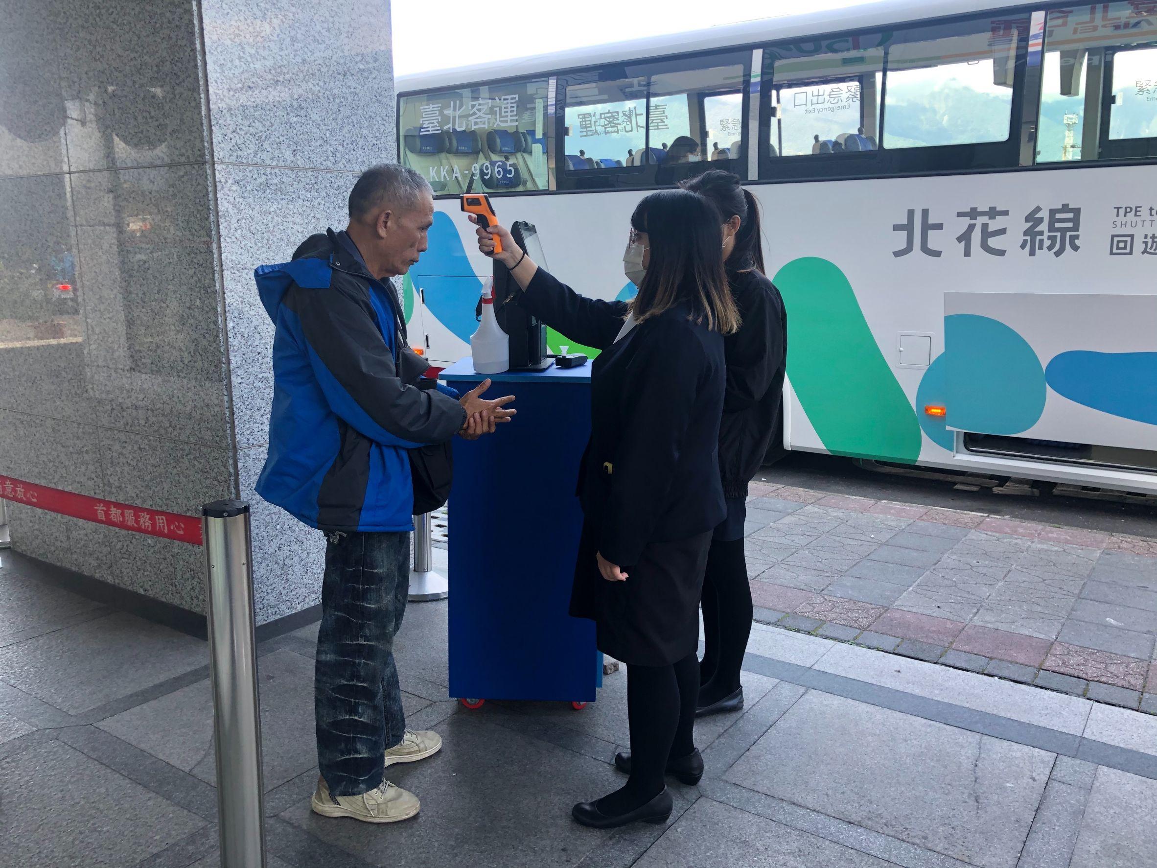 公共運輸防疫-業者確認旅客額溫並進行酒精消毒。
