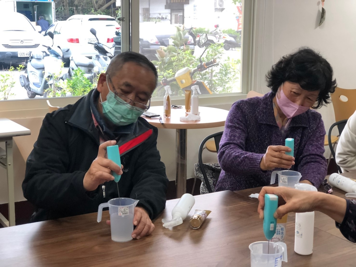 花蓮市立圖書館為防範新冠肺炎病毒上身,連續兩周開辦防疫、抗菌小物手作課,邀請吳韻晨老師指導大家,製作抗菌噴霧、凝膠兩款乾洗手。