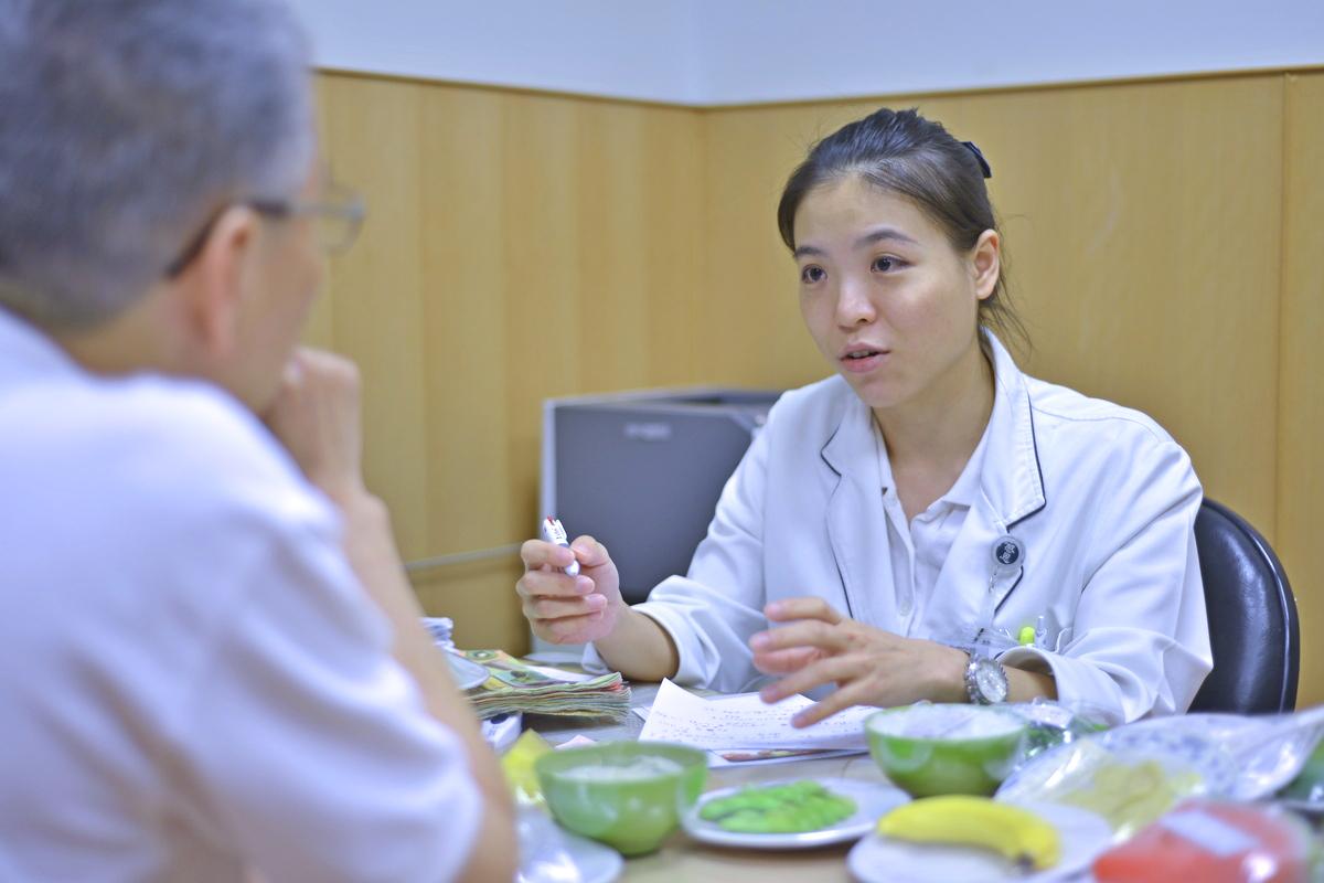 張亞琳營養師接受民眾營養諮詢。