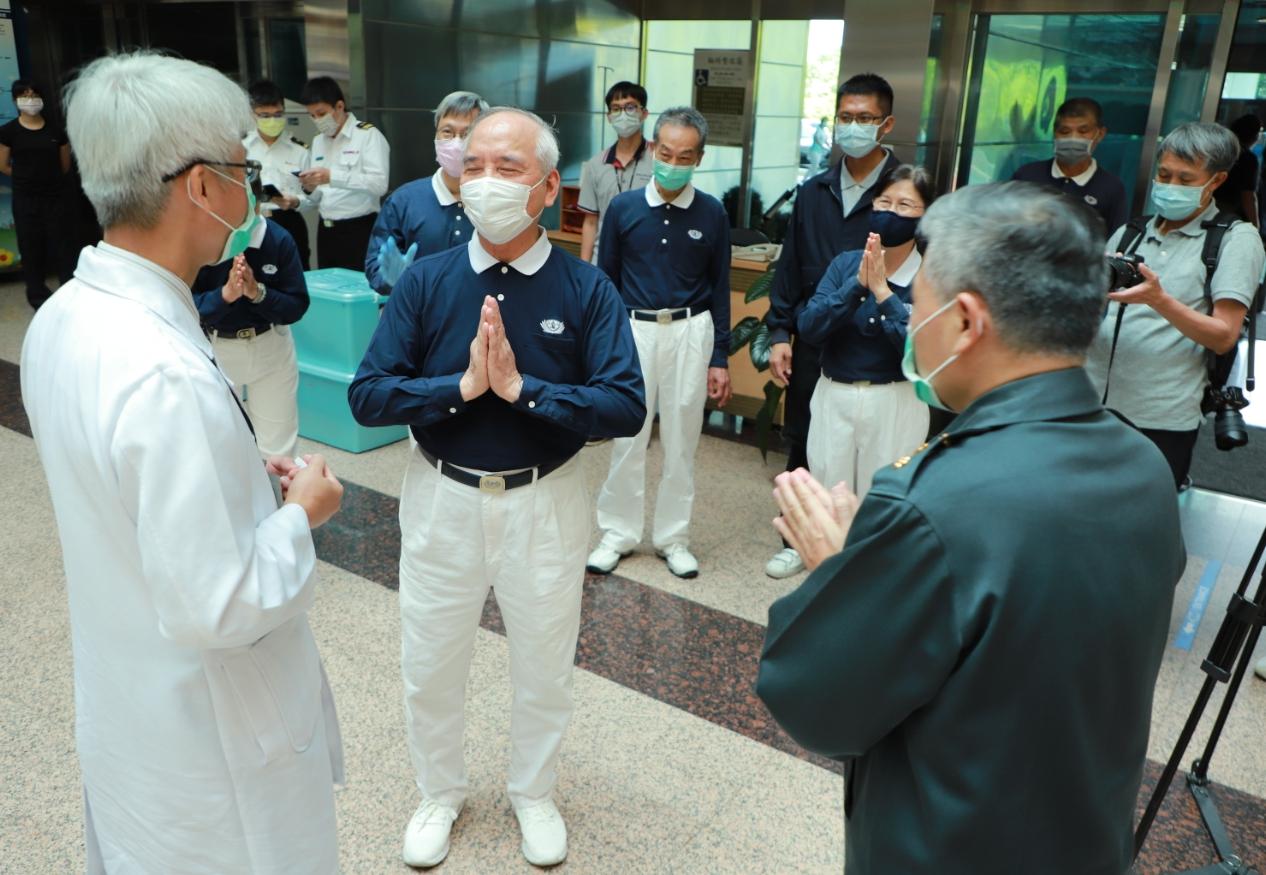 三軍總醫院副院長鄭書孟(左)、政戰主任何中南(右)等人親自迎接前來送餐的慈濟人,也向慈濟表達感恩。
