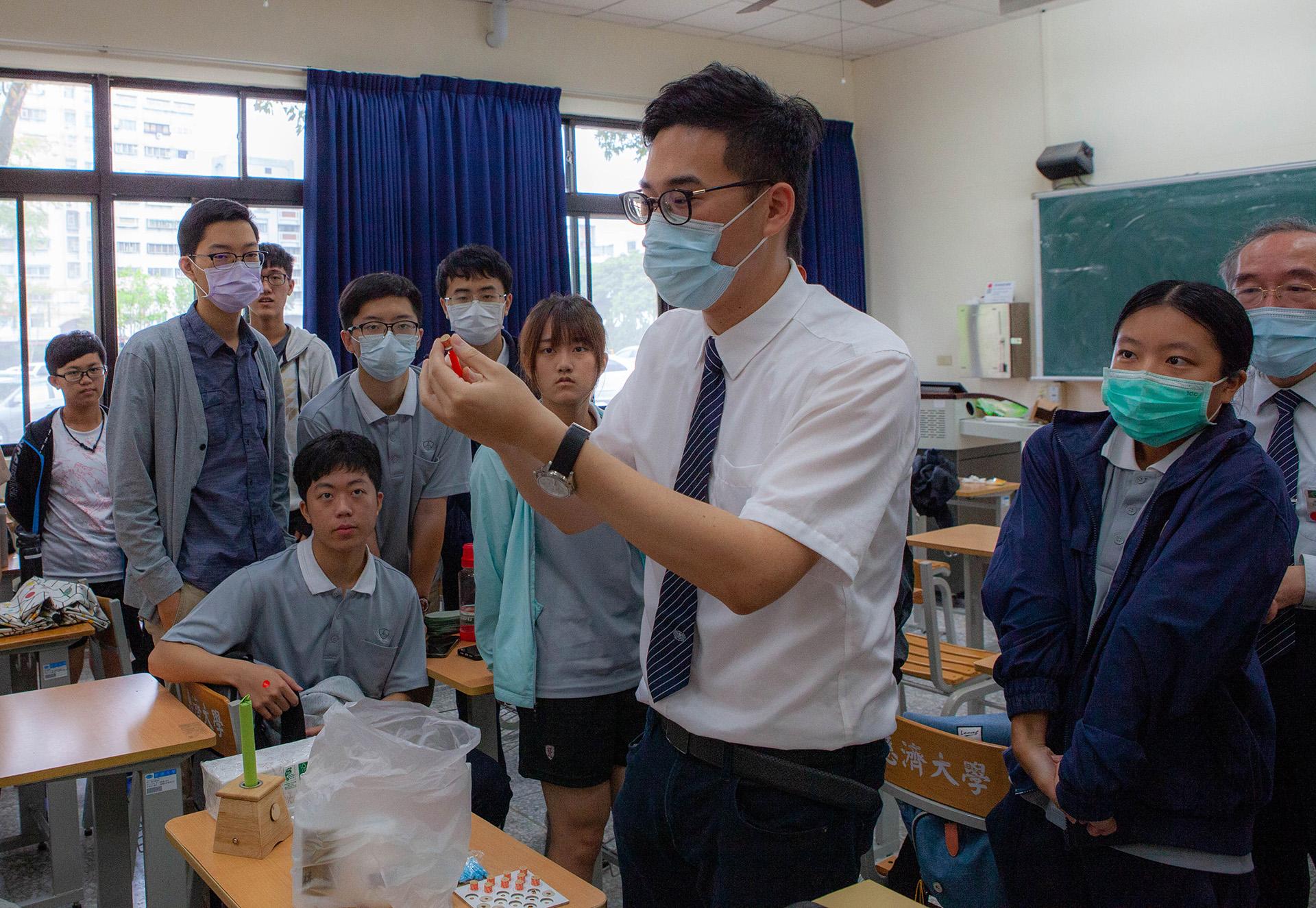 龔彥綸醫師示範「艾粒」使用方法