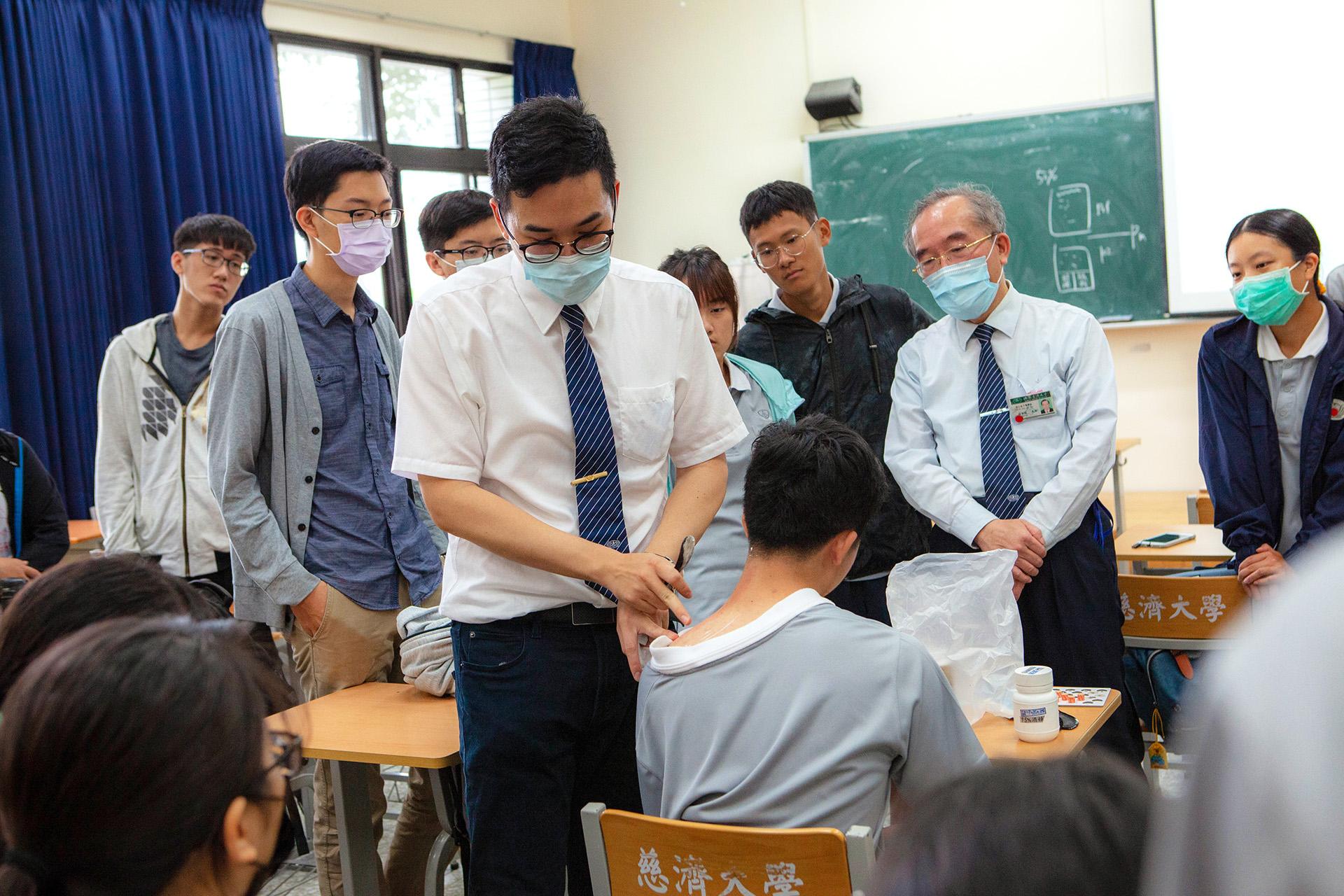 龔彥綸醫師示範「刮痧」操作方法