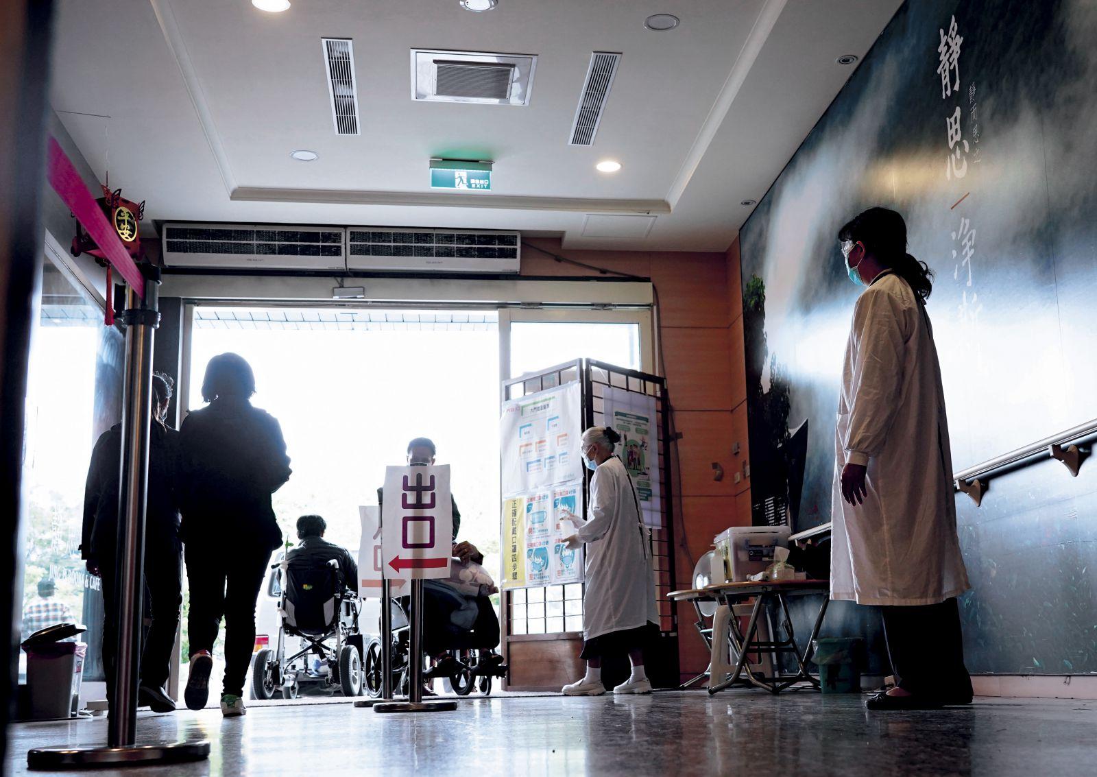 志工在花蓮慈院各出入口輪班,協助訪客清潔手部、提醒戴口罩。配合防疫升級,三月起全臺醫療志工已暫停入院服務。