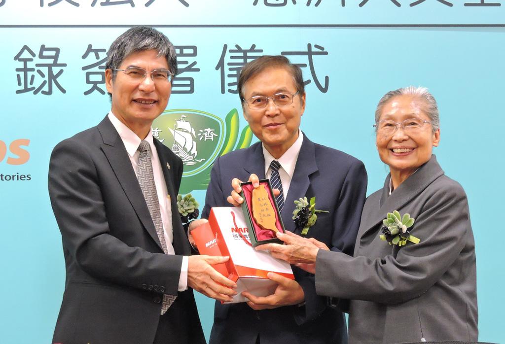 國研院陳良基董事長(左一)特別感恩慈濟創辦人證嚴法師,引領慈濟四大志業在臺灣及全球的良能貢獻。