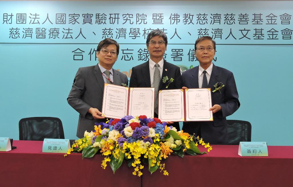 慈濟人文基金會由執行長王端正(右一)代表簽約。