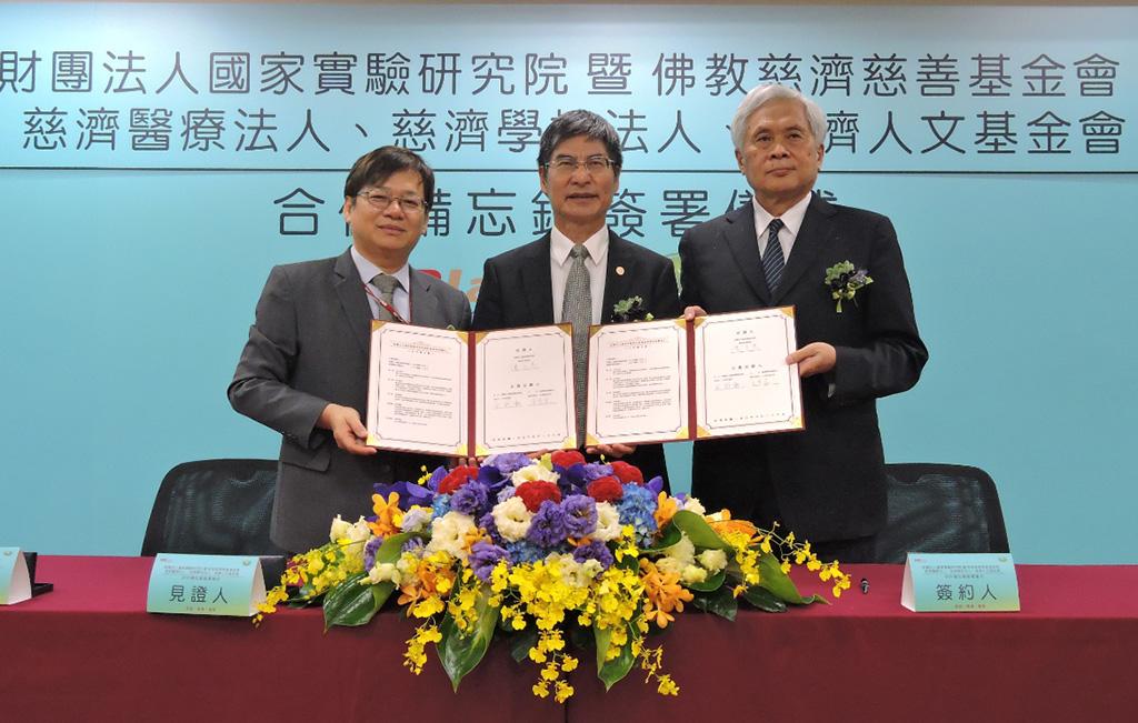 慈濟學校法人由王本榮執行長(右一)代表簽約。