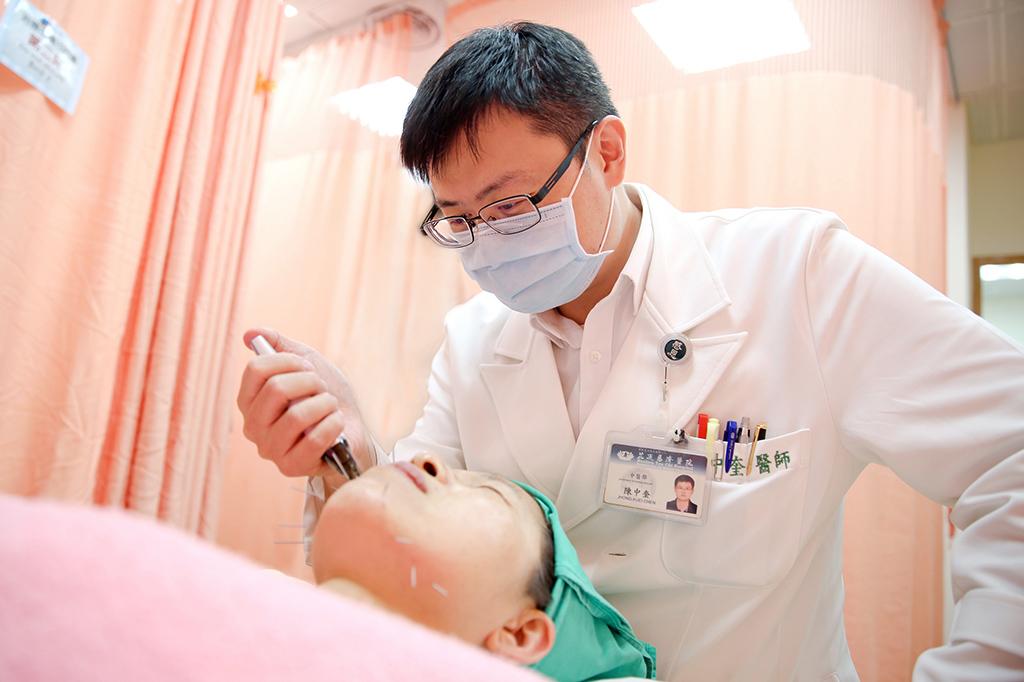 花蓮慈院中醫師陳中奎,使用特殊韓國美顏微針,依據個人體質配合經絡穴位下針,量身打造好氣色。