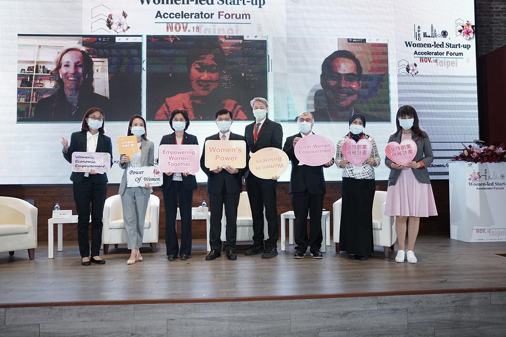 經濟部陳怡鈴主任秘書(左三)與本次活動講者共同合影。