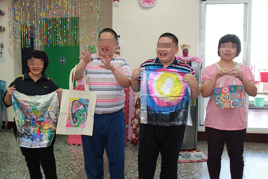 身障青年看見老師們把他們的畫作變成商品好開心。