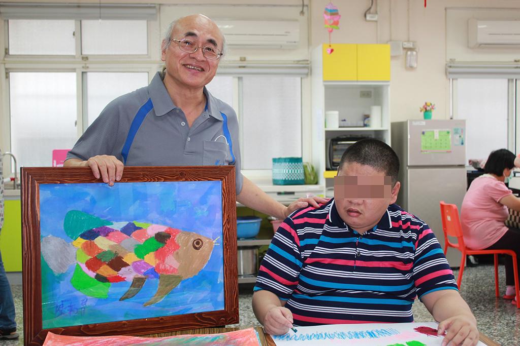 繪畫老師蘇健全(左)教導智青用繪畫秀自信。