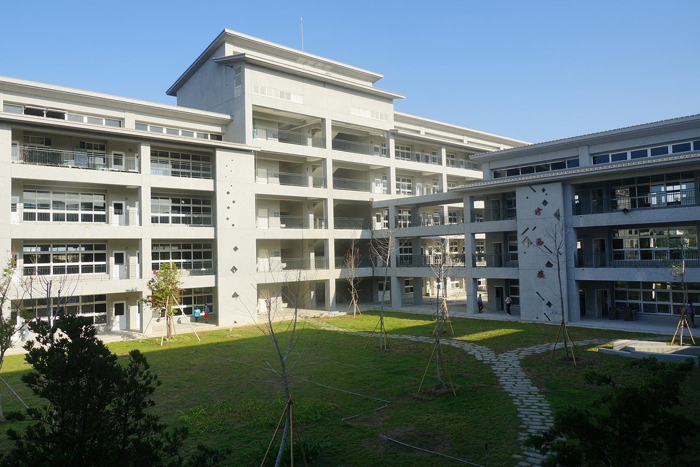 張逢洲校長以「修福、日月、持慧、乾坤」為新校舍命名。(攝影:王俊傑)