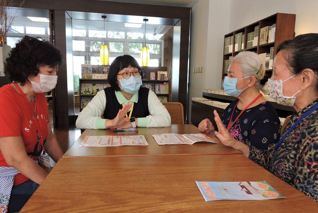 在蘆洲靜思堂有專業的慈濟長照個案管理師,提供長者豐富的長照諮詢。
