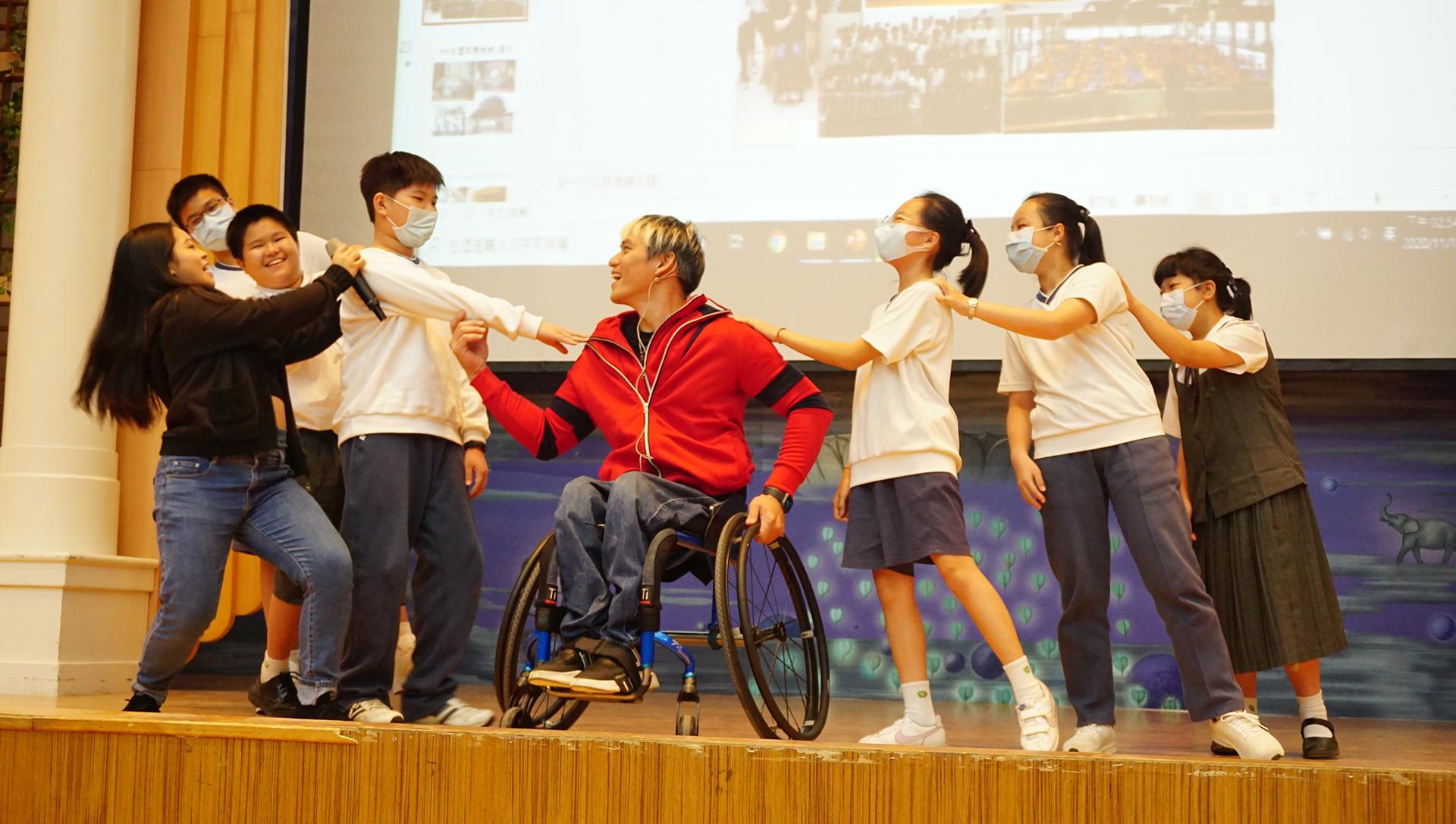 鄭自強先生邀請學生們上台共舞。
