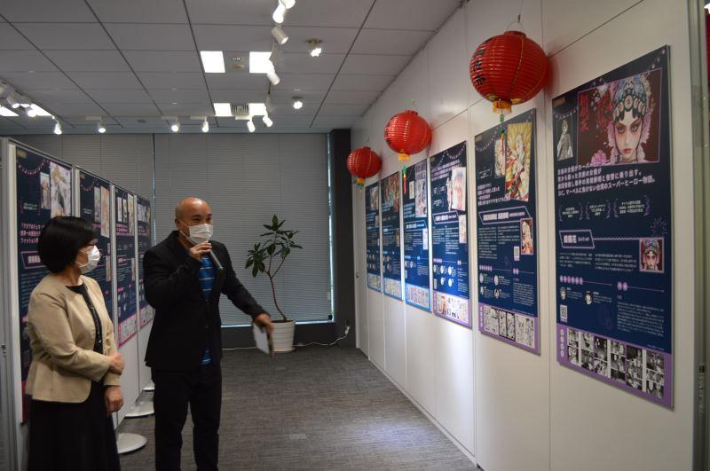 駐日本臺灣文化中心20日舉辦「臺灣漫畫夜市」媒體內覽會,向日本媒體介紹展出的臺灣漫畫。