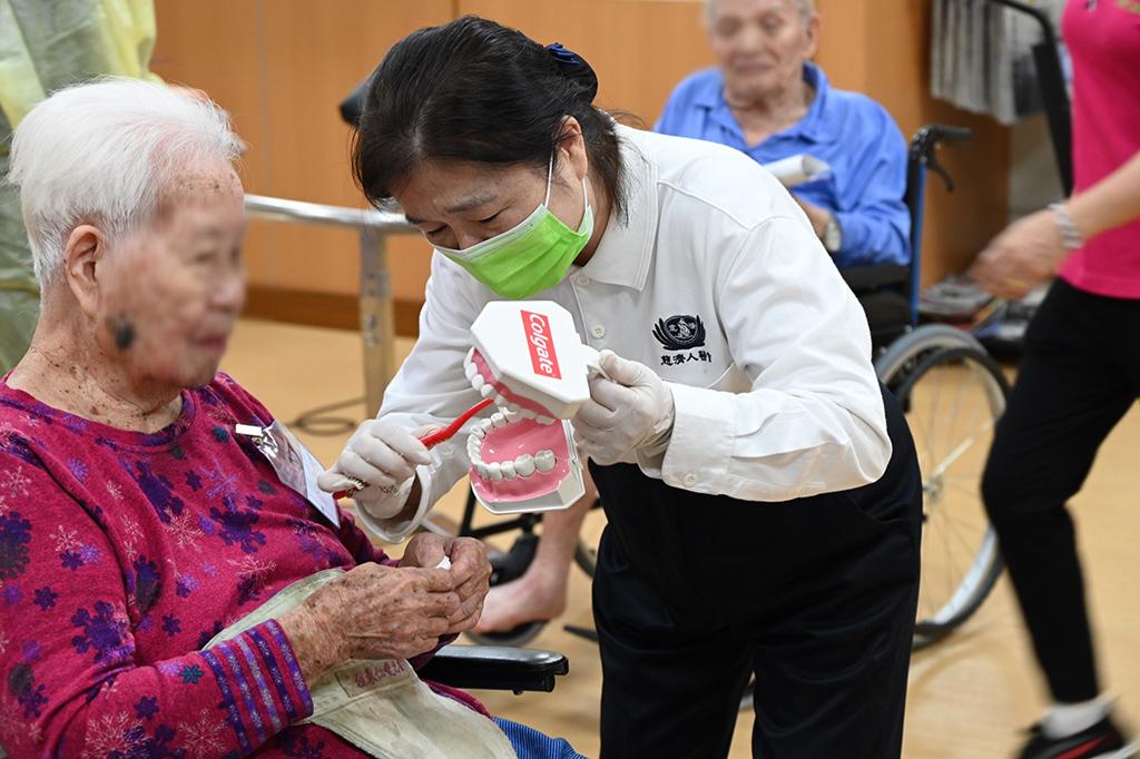 慈濟人醫會約205位醫護人員與志工,11月21、22日二天於臺東仁愛之家養護中心、財團法人創世社會福利基金會臺東分院、慎修養護中心進行今年的洗牙義診。