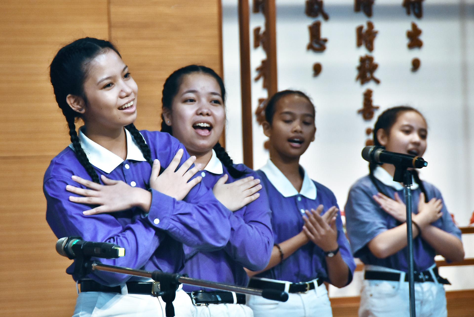 菲律賓學生透過歌聲,將心中的愛傳遞出去。