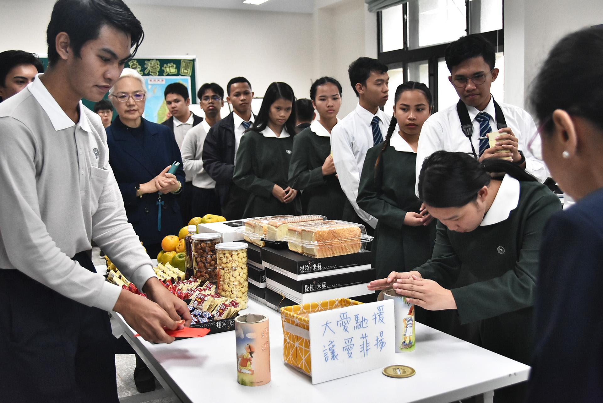 慈濟科技大學菲律賓專班學生把獎金全部捐給家鄉。