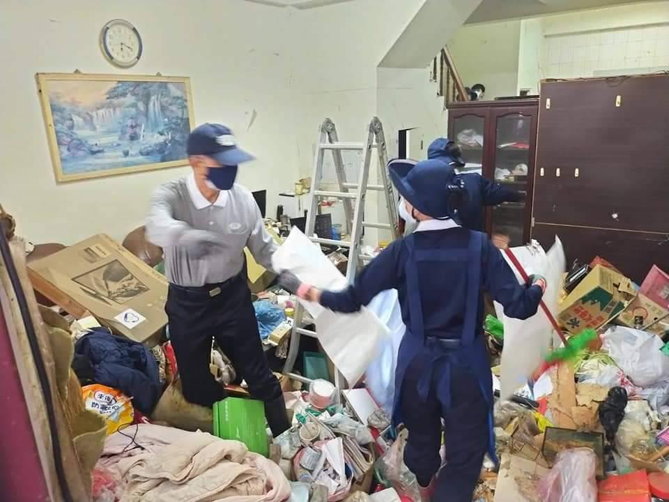 林坤旺(左)9月到弱勢家庭中清掃堆積如山的垃圾。(攝影:南投慈濟志工)