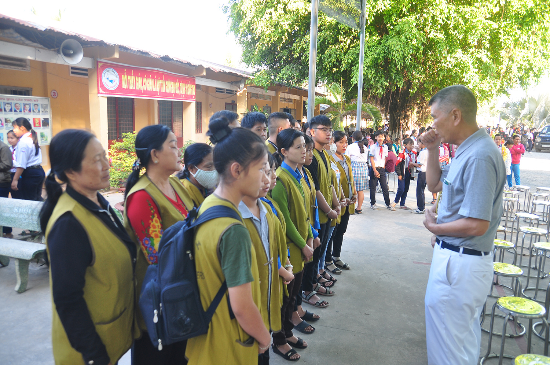 林坤旺師兄(右)在越南認真投入慈善工作,圖為跟新進志工分享心得。(攝影:文天亮)