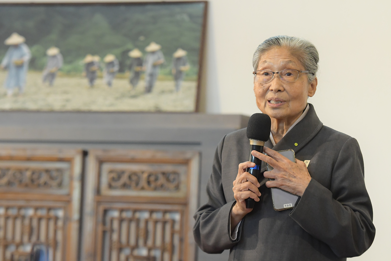 慈濟長照推展中心總召集人林碧玉介紹慈濟「高雄日照中心」特色。