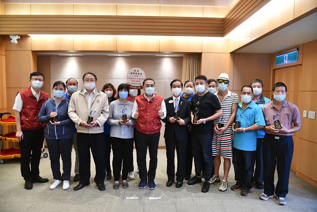 新北市長侯友宜市政會議親自頒發孝行獎給8位社會人士。