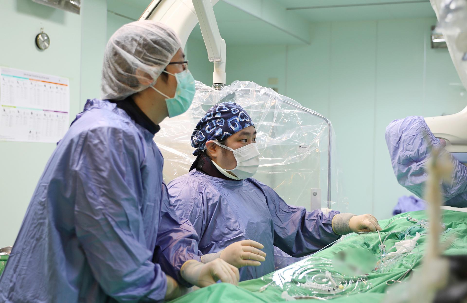 花蓮慈院兒童急重症科主任裘品筠進行心導管手術。
