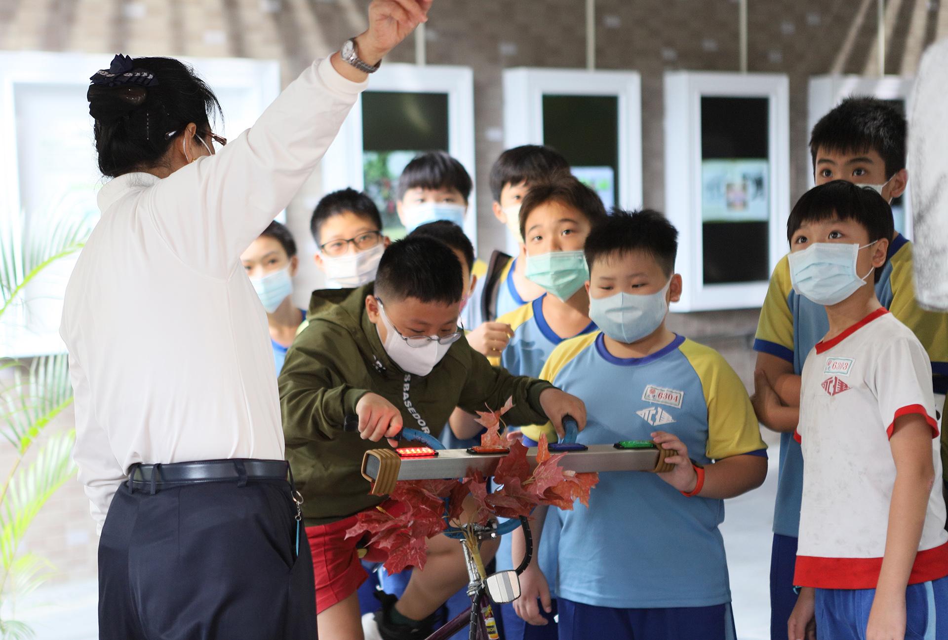 行動環保車透過分站闖關的環境教育活動,讓參觀者能對環保觀念有進一步提升。