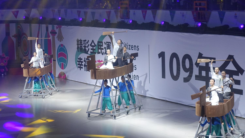 開幕表演「舞槳划舟賽競速」結合「龍舟」與「直排輪」兩項花蓮當地運動強項,以舞蹈形式呈現「舞動花蓮」。(攝影:陳誼謙)