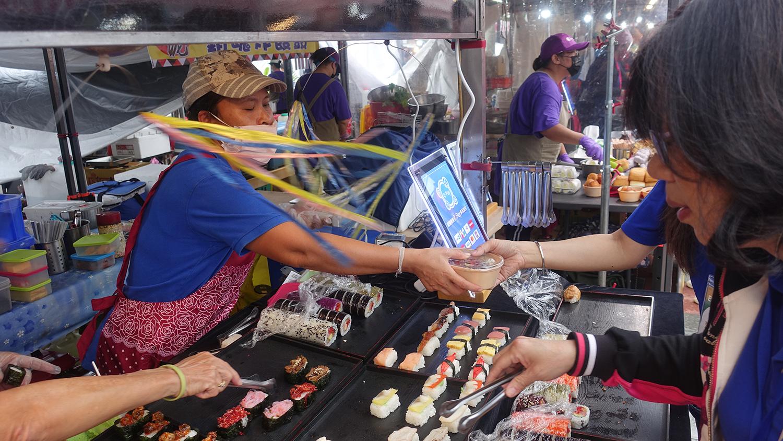 攤商直接使用環保餐具盛裝食物販售給民眾,民眾使用後至特定的回收點位歸還即可。(攝影:陳誼謙)