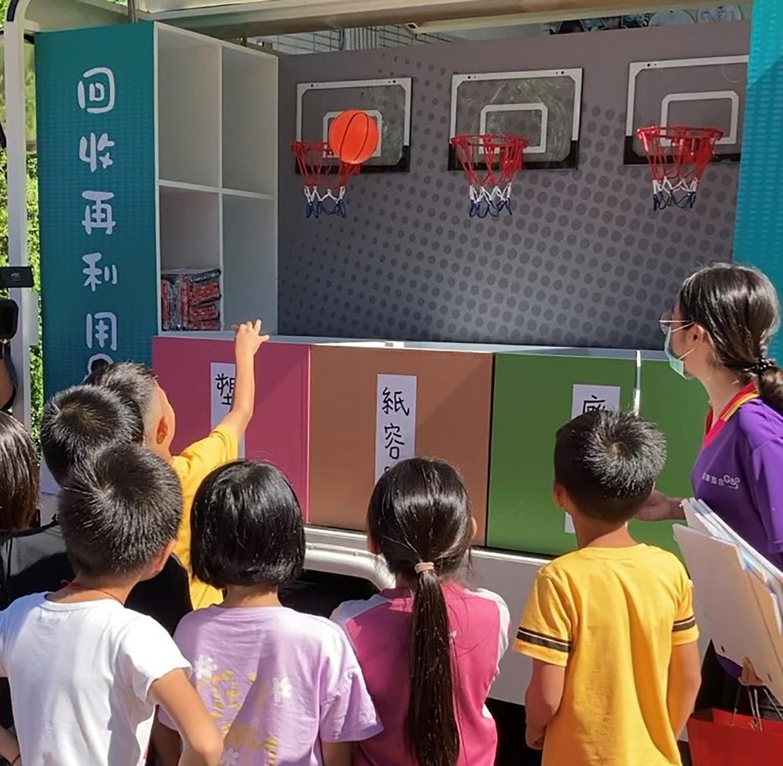 花蓮縣環保局在10月17日開幕典禮場外展出行動環保宣導車。(照片為花蓮縣政府提供)