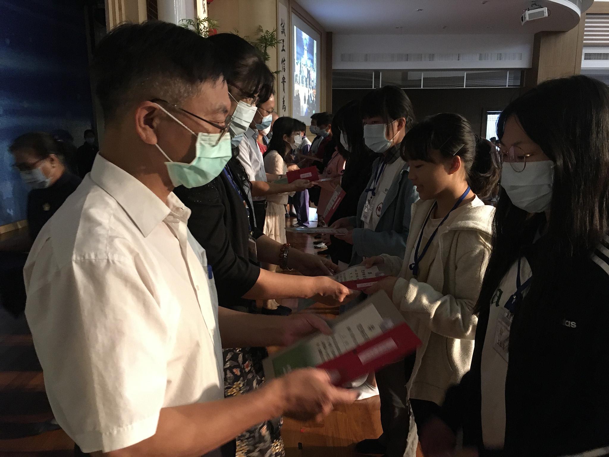 來賓頒發新芽獎學金。