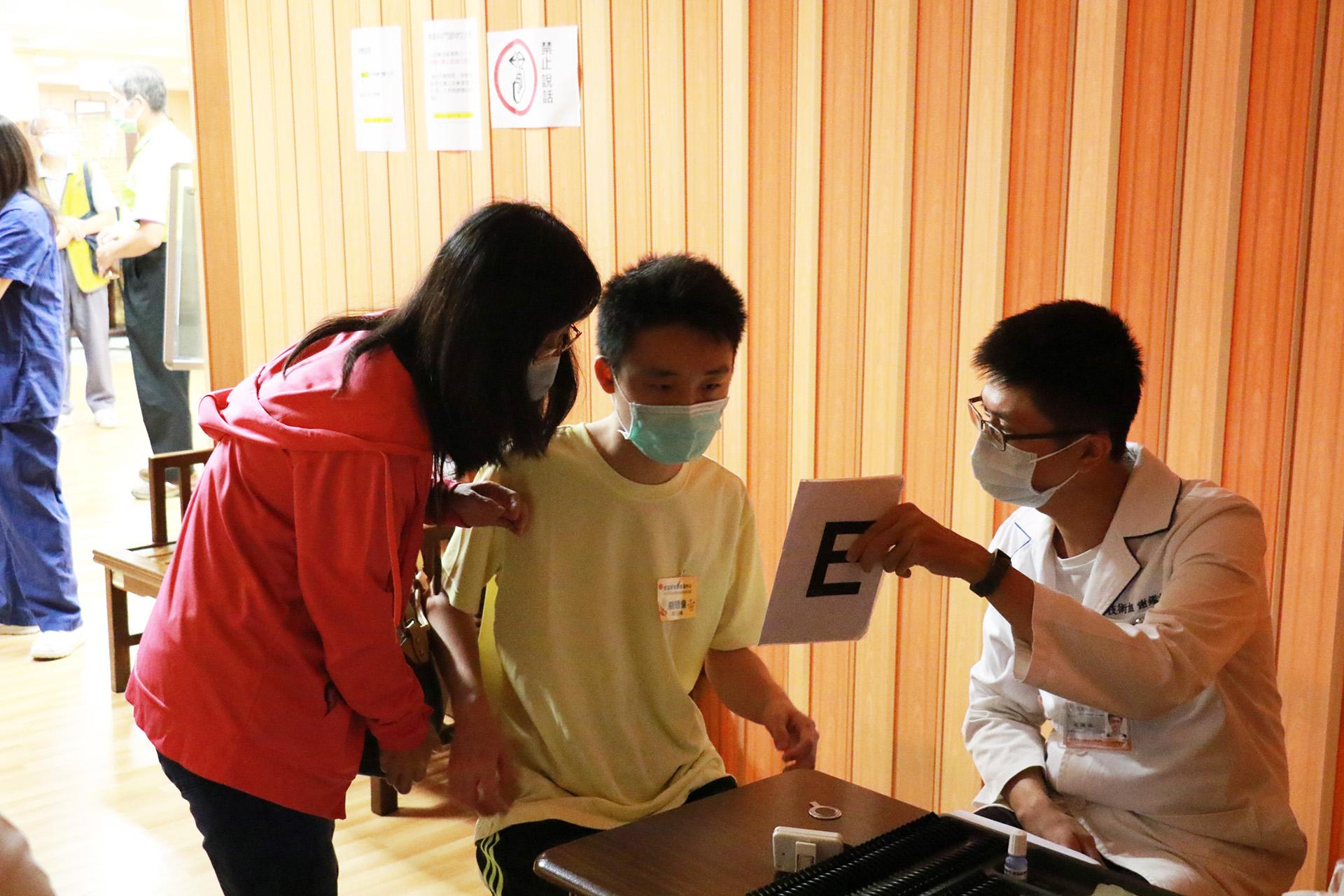 院生林暐倫由媽媽張筑婷陪伴完成視力檢查。