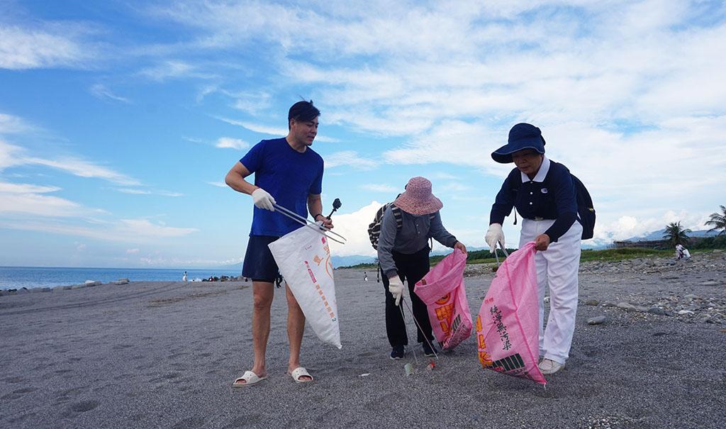 大愛劇場知名藝人劉至翰,跟著慈濟環保志工一同為地球彎腰撿拾垃圾。