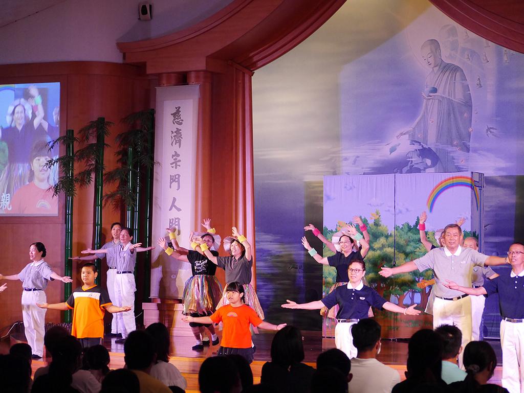 志工帶來活力帶動唱表演。