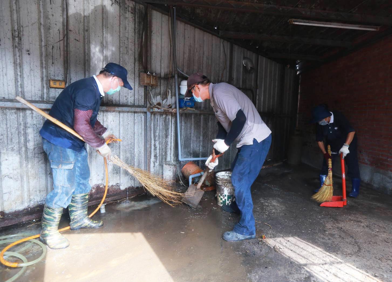 彰化慈濟志工動員人力協助清掃。