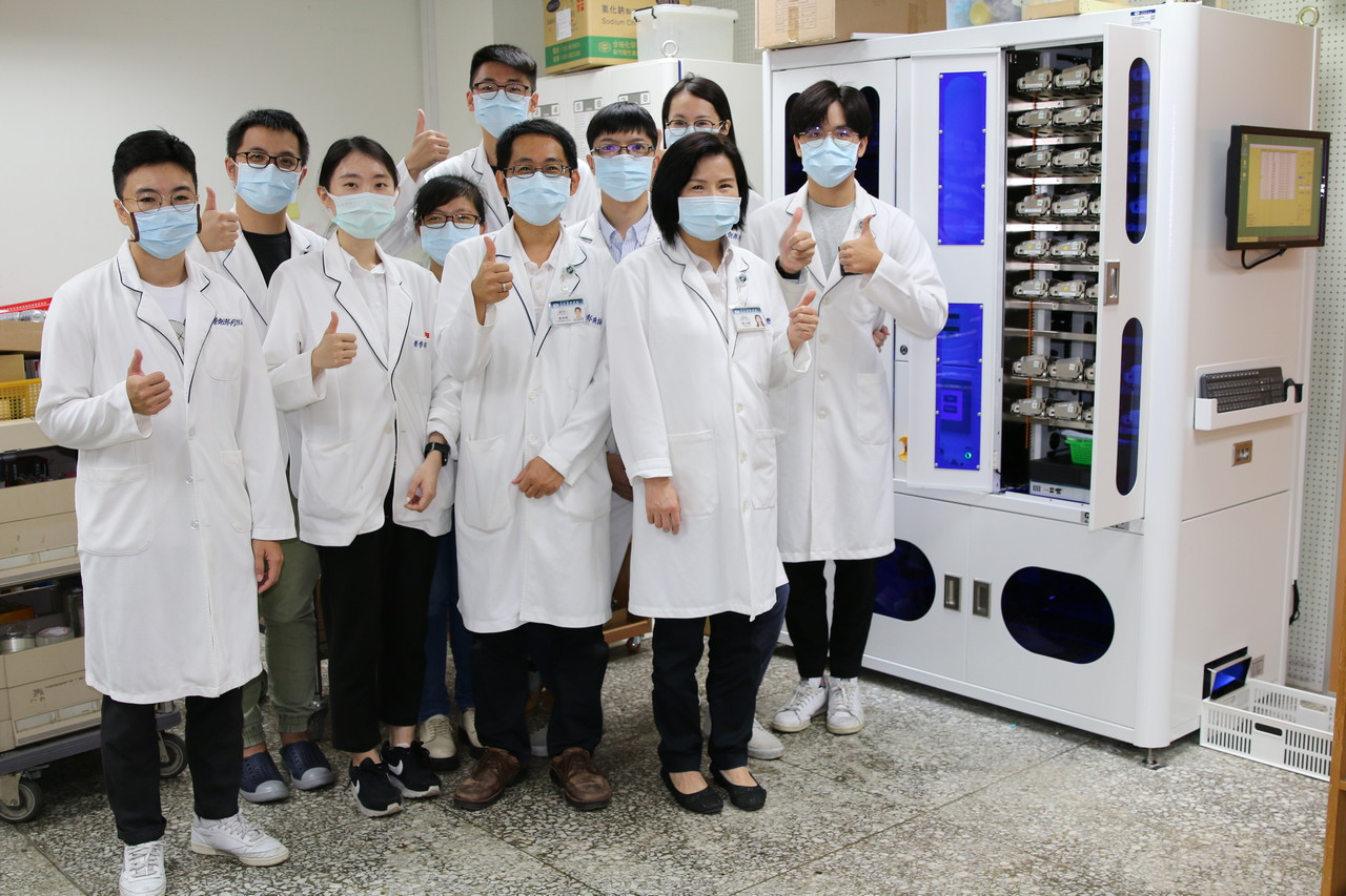 花蓮慈濟醫院在今年九用引進東台灣第一部「全自動針劑包藥機」