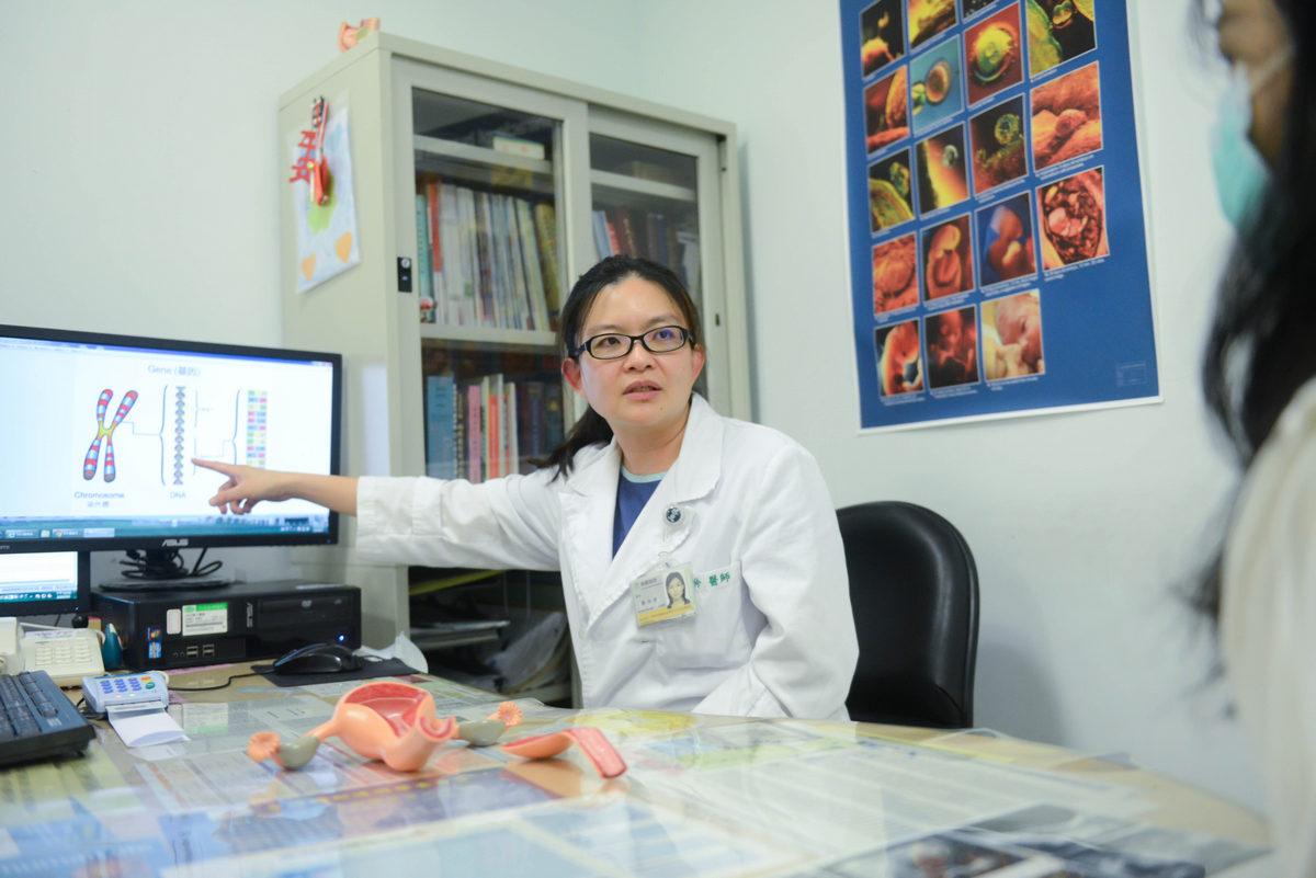 陳怡伶醫師向病人說明胎兒基因異常情形。