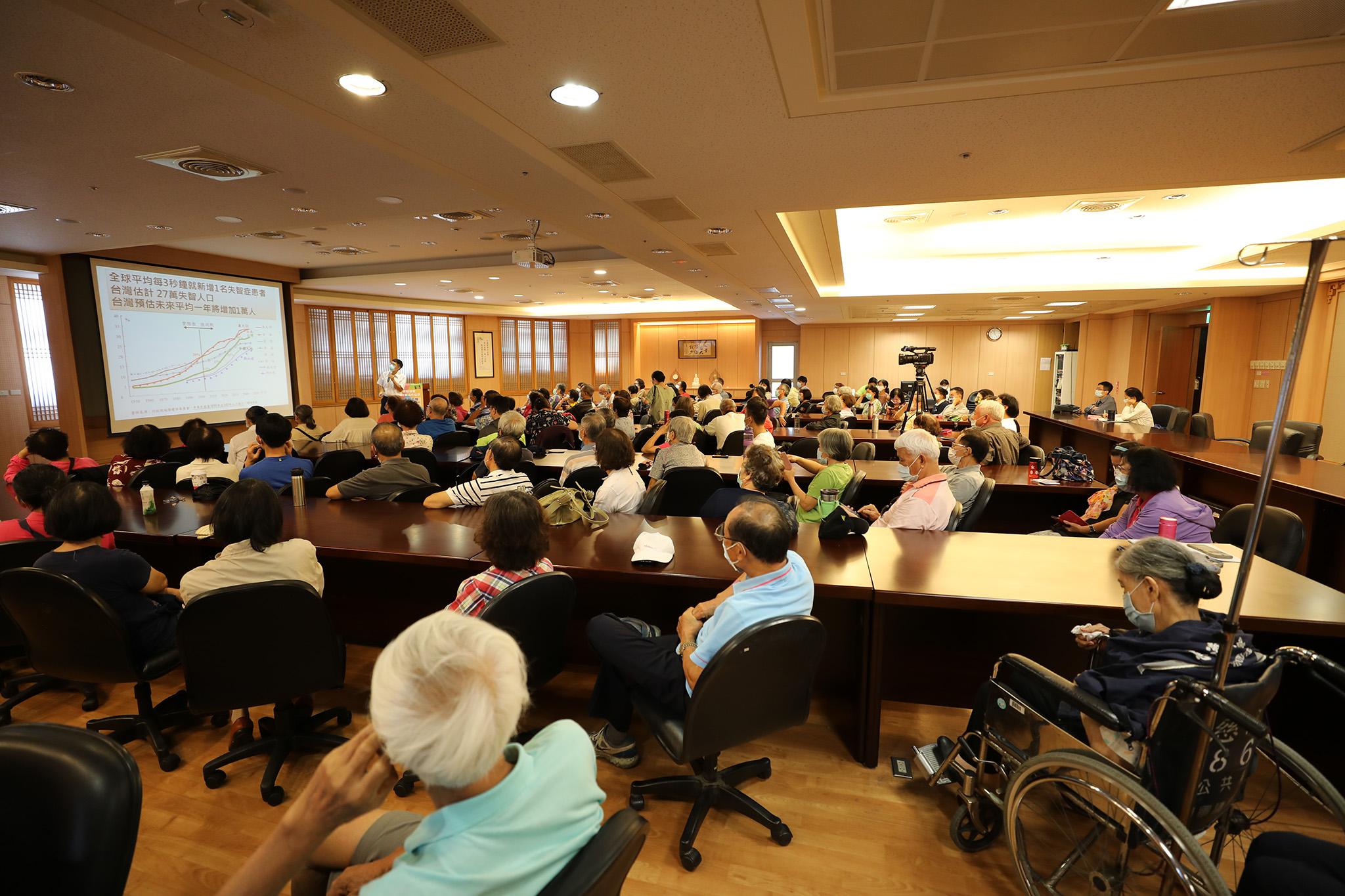 「護腦益智」健康講座獲得很多社區鄉親支持,除了有夫妻同行,也有子女陪伴父母親參加,甚至有孫女陪伴祖母參加。