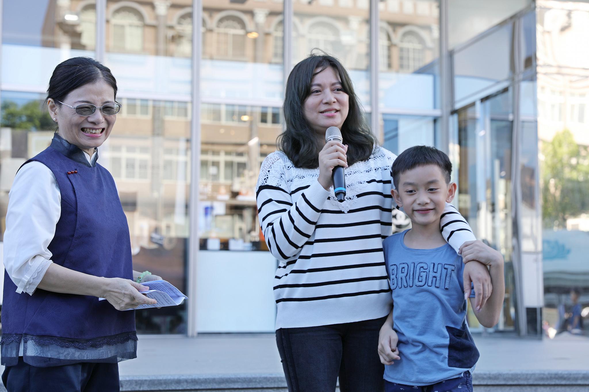 王皖伶(中)代表受贈者說,很謝謝捐贈造血幹細胞給我的有心人,讓我可以陪著小孩長大。