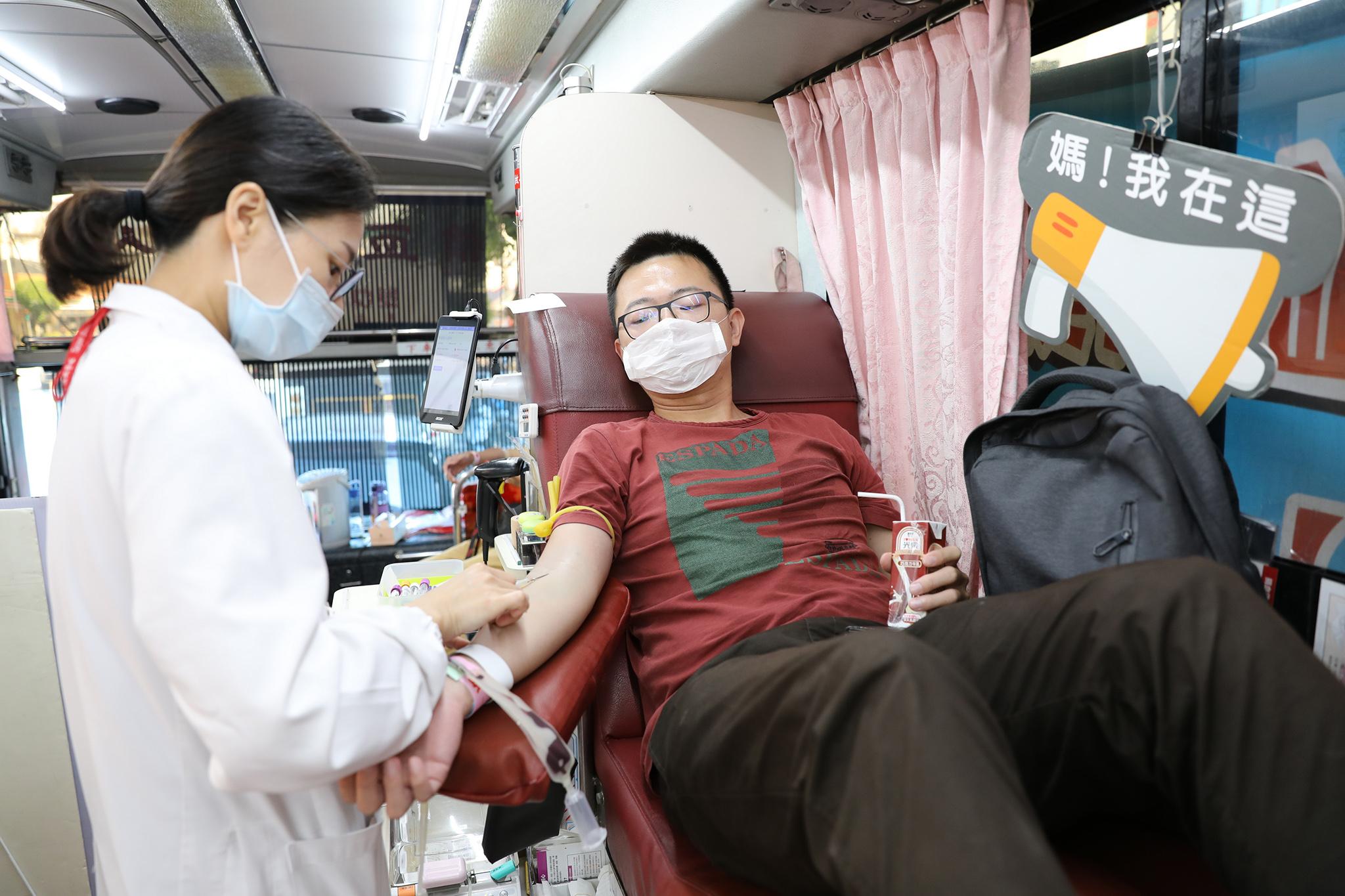 熱情民眾挽袖捐出熱血。