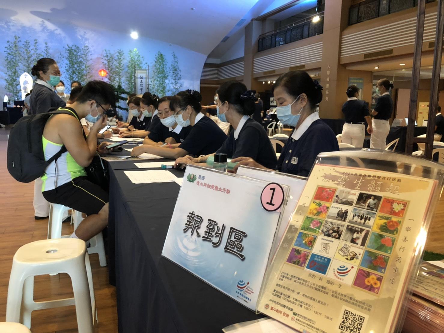 臺中靜思堂於19日舉行骨髓幹細胞驗血建檔活動,早上八點開始就有民眾排隊進行驗血建檔流程。