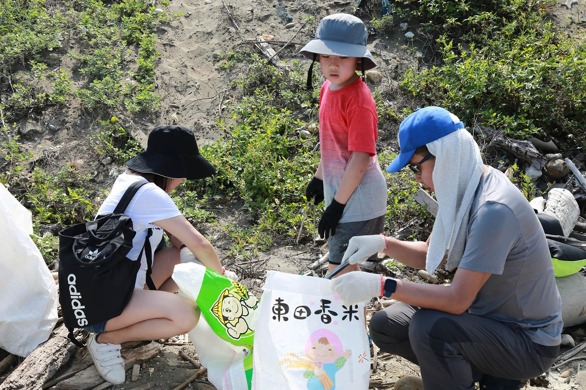 為了讓兒子清楚知道學校推減塑用意的劉雅文(左),一家三口把握今天一起來淨灘。