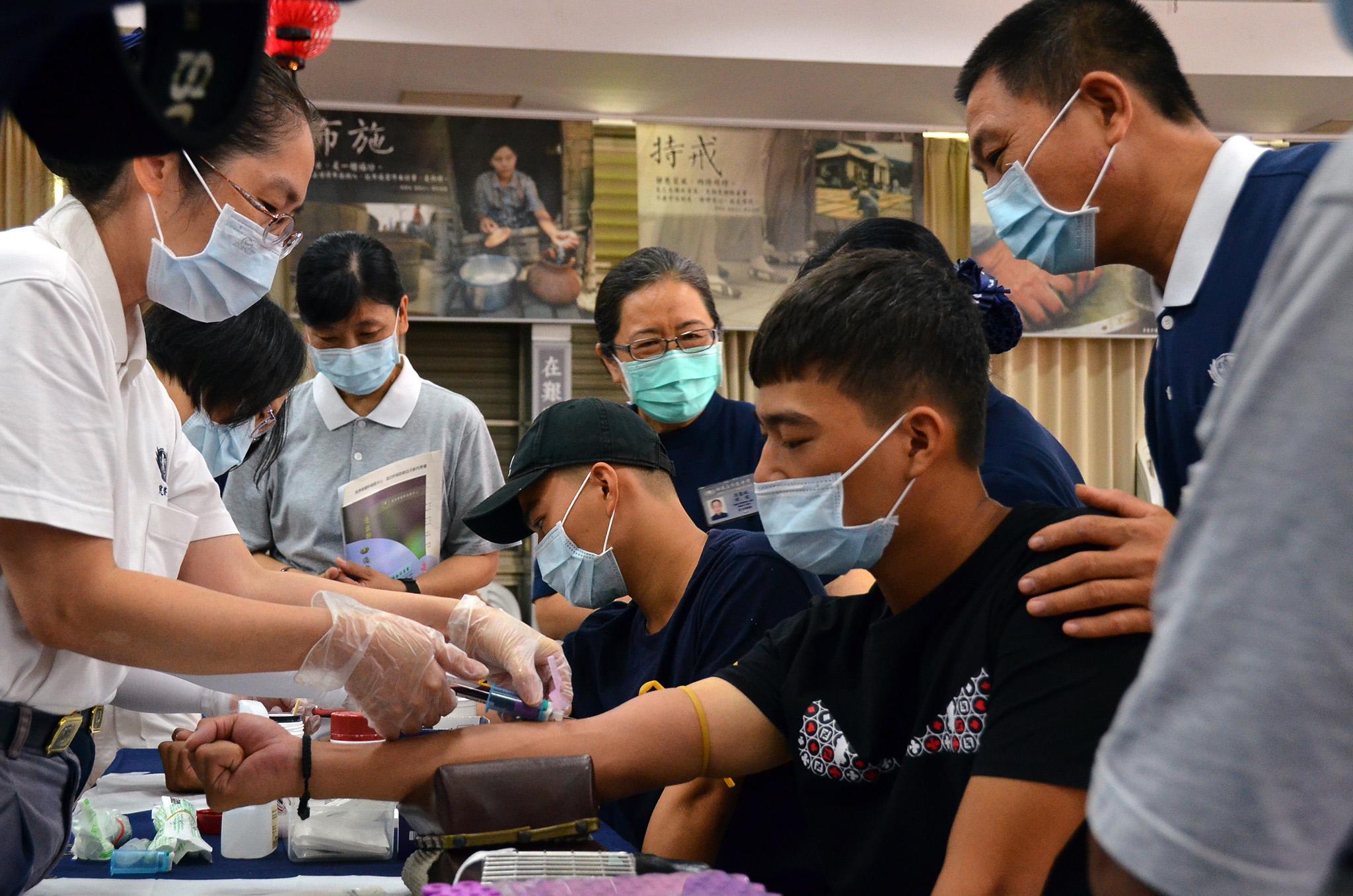 慈濟新營共修處出現一位位年輕的身影,他們把握因緣要成為「救人一命、無損己身」的骨髓幹細胞捐贈驗血建檔者。
