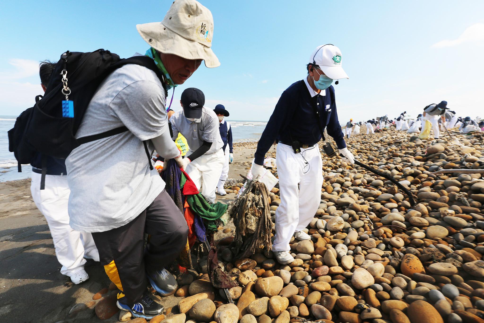 淨灘清出的垃圾中,最大宗是漁網、繩索,需要靠很多人的力量,才能把它清出來。