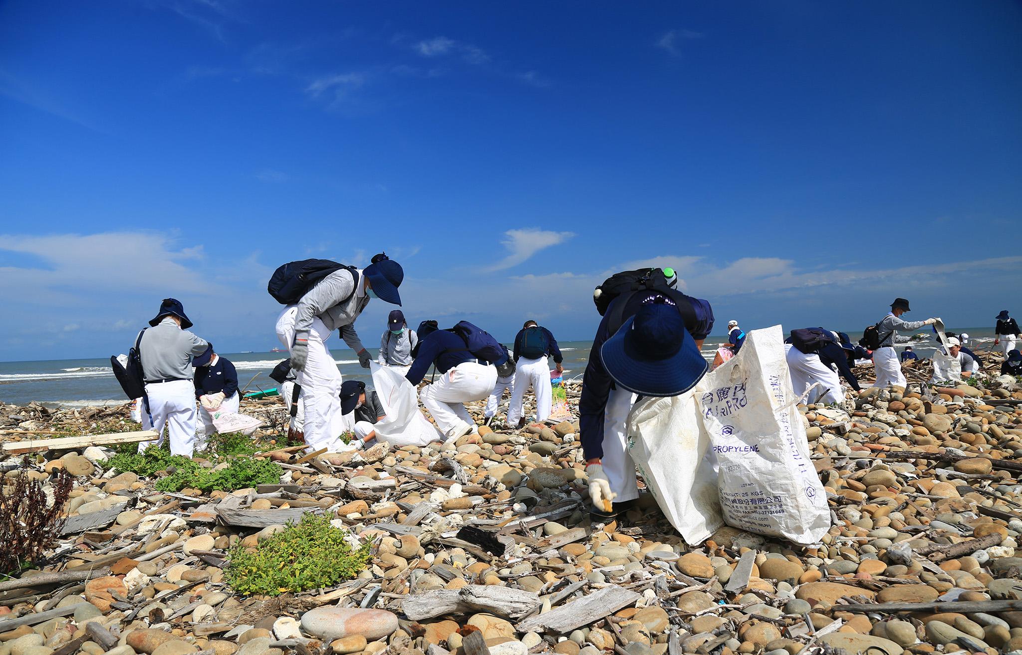 淨灘隊伍各自在分配好的區域,數公里的海岸線處處可見大小朋友同心協力撿拾海灘上的垃圾。